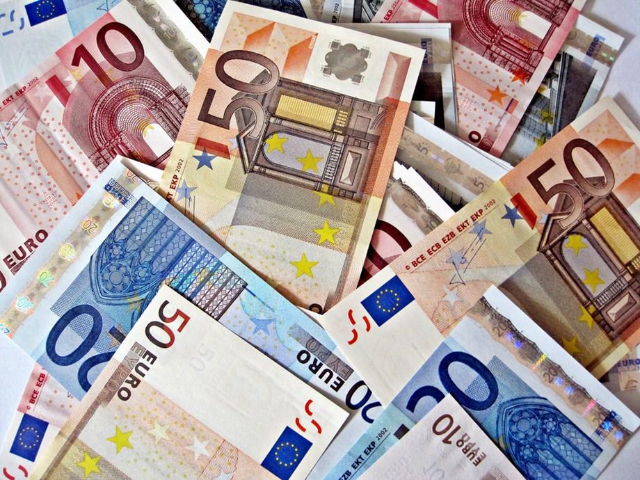 Euro weakens to five-week low as dollar gains, Yuan at more than 14-month low