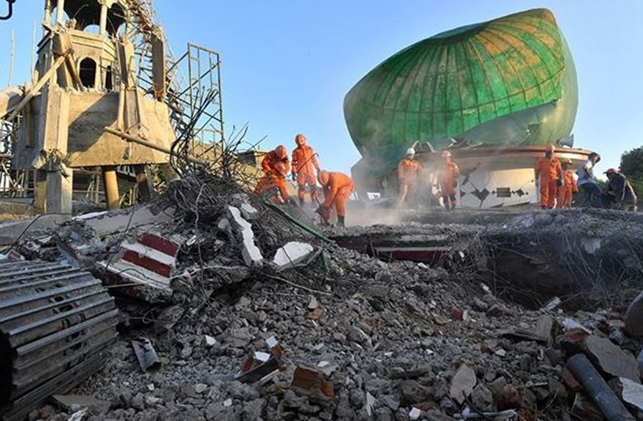 Soldiers saves man from flattened mosque on Indonesia island by earthquake