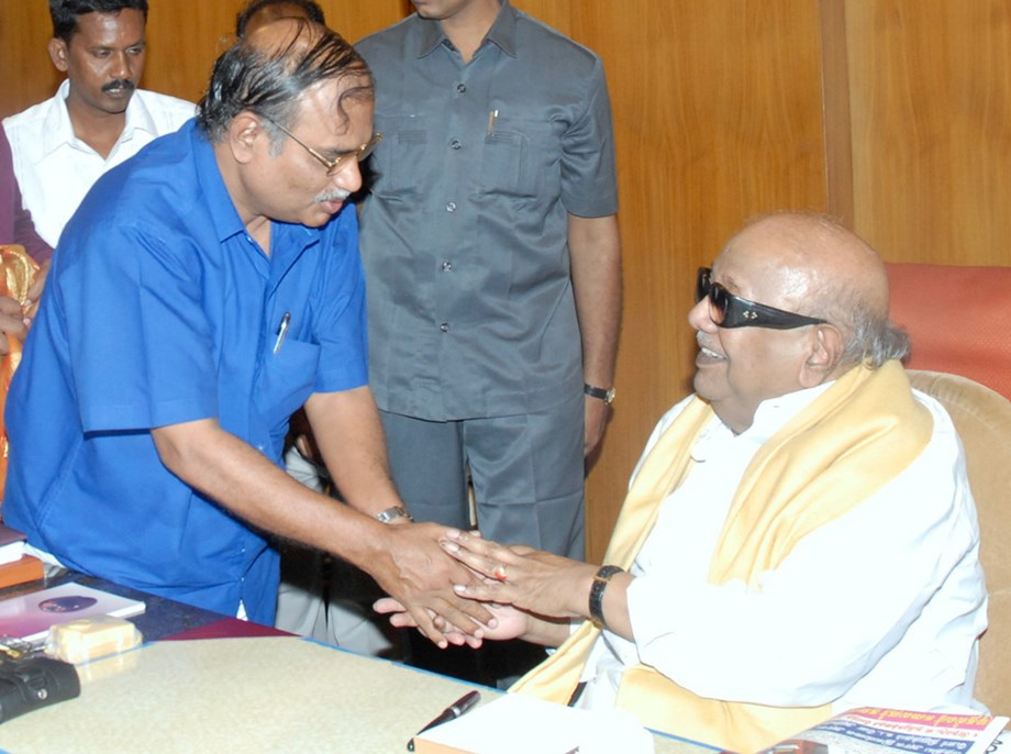 Hearing of plea for M Karunanidhi's burial has been adjourned to 8 am