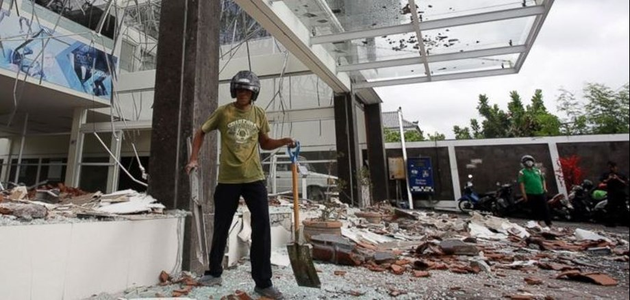 Rescuers dig through quake rubble for aunt of Indonesian sprint star