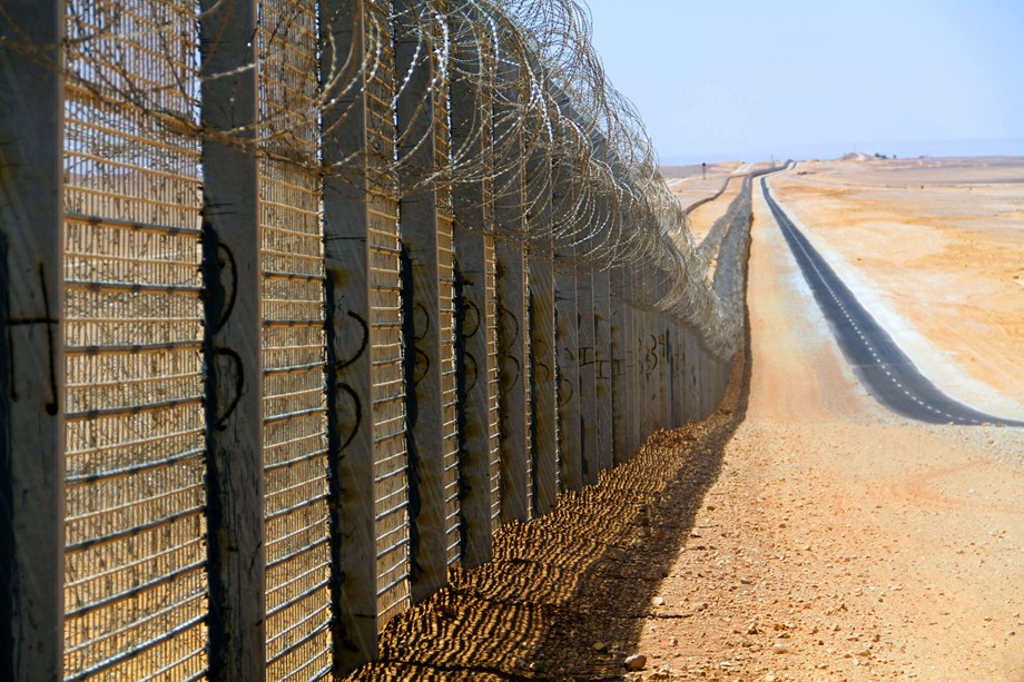 US inspects Israel's fenced-off border with Egypt for Mexico wall