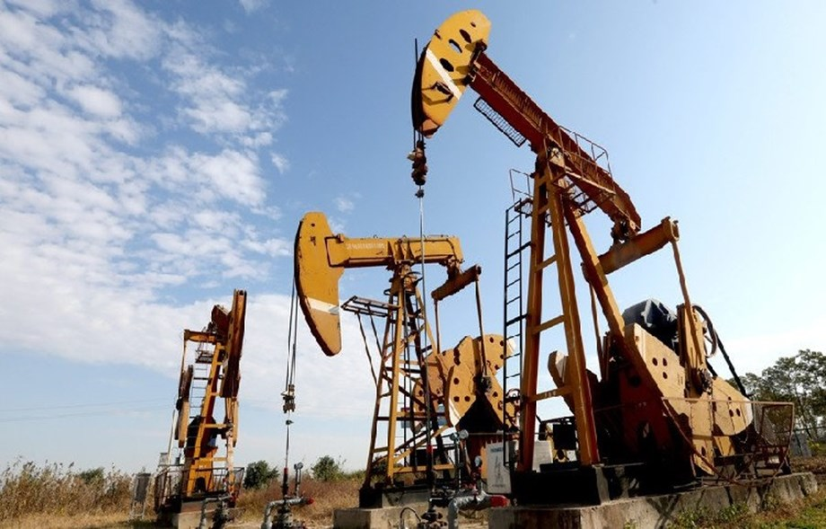 Oil prices drop on rising supplies prospect
