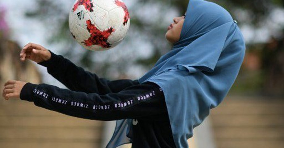 Dribbling with headscarf, Malaysian girl wows with freestyle football skills