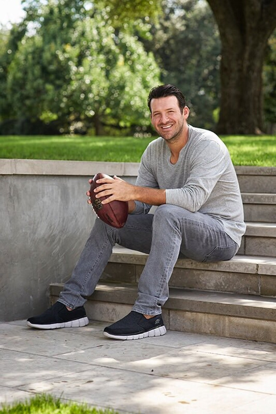 Tony Romo rallies to win celebrity golf tourney, Barkley finishes last