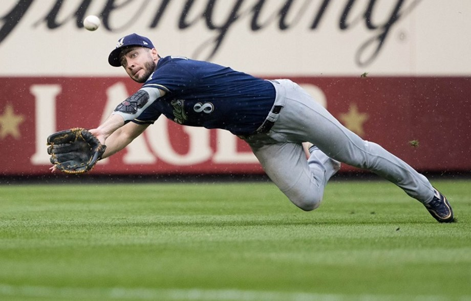 Brewers OF Braun leaves team to receive thumb injection