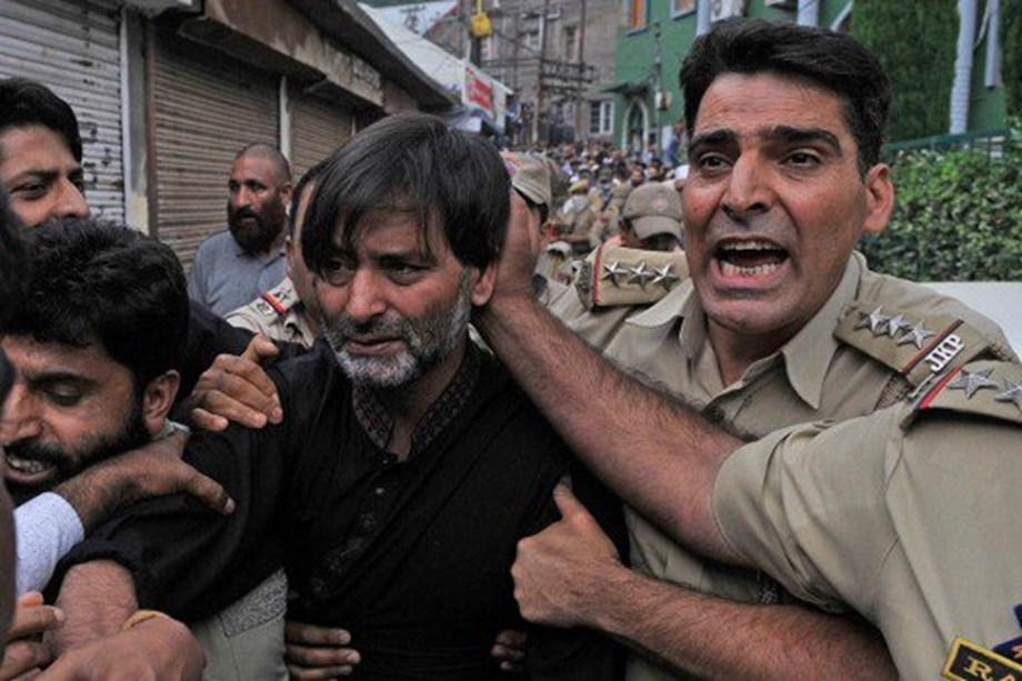 Police arrests Yasin Malik, Mirwaiz kept in house arrest