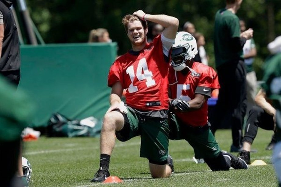 NFL: Sam Darnold, Smith continues to negotiate contracts