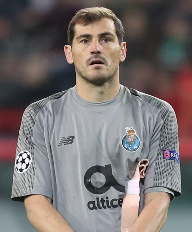 fea81ddcff1 UPDATE 2-Porto goalkeeper Casillas suffers heart attack