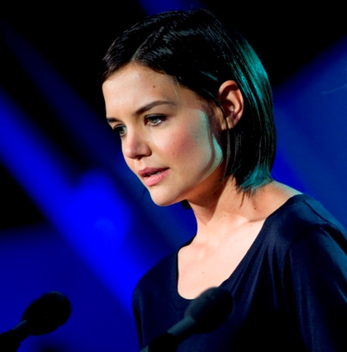Actress Katie Holmes flaunts diamond ring, sparks engagement rumours