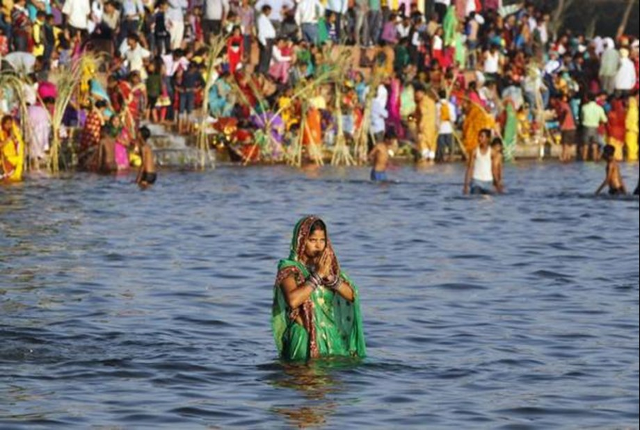 Devotees flout NGT order, enter lake premises for Chhath Puja