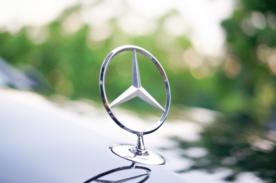 UPDATE 1-Daimler recalls hundreds of thousands of Mercedes-Benz diesel vehicles