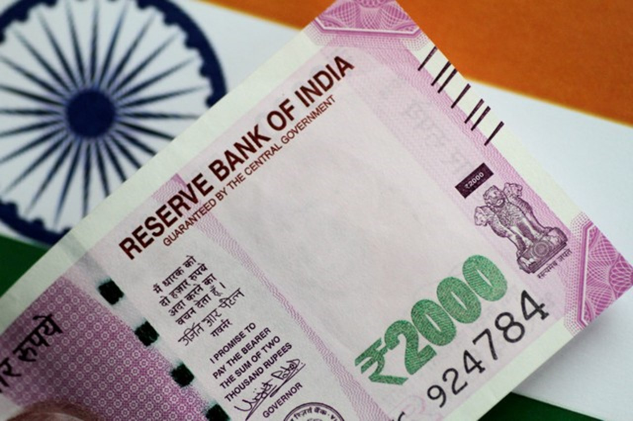 Rupee continue to falls further, now hits 72.35 per dollar