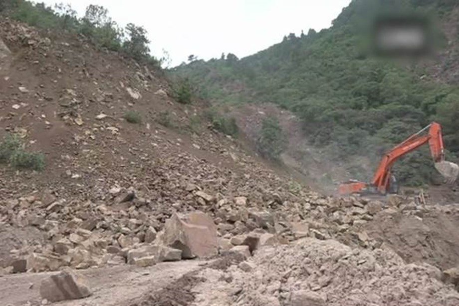 Landslides in J&K, stalls transport in highway