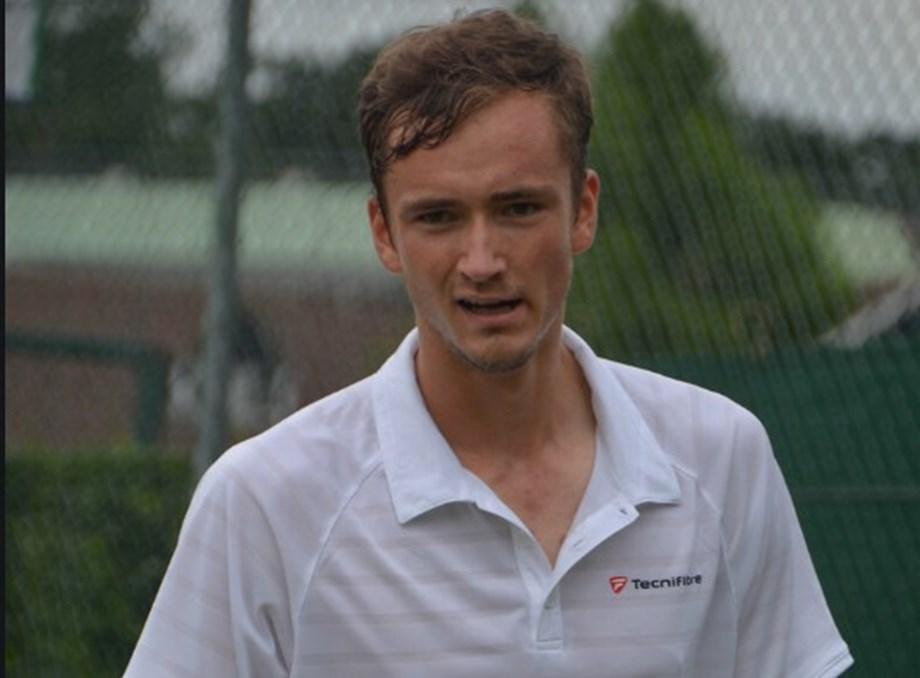 Tennis-Medvedev extends hot streak to set up Shanghai final with Zverev