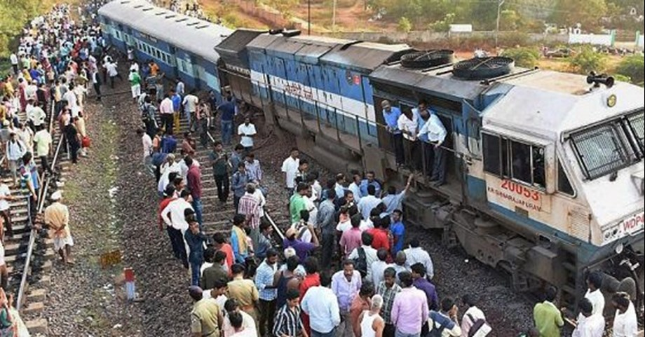 Six person died as express train heading to New Delhi derails in UP: official