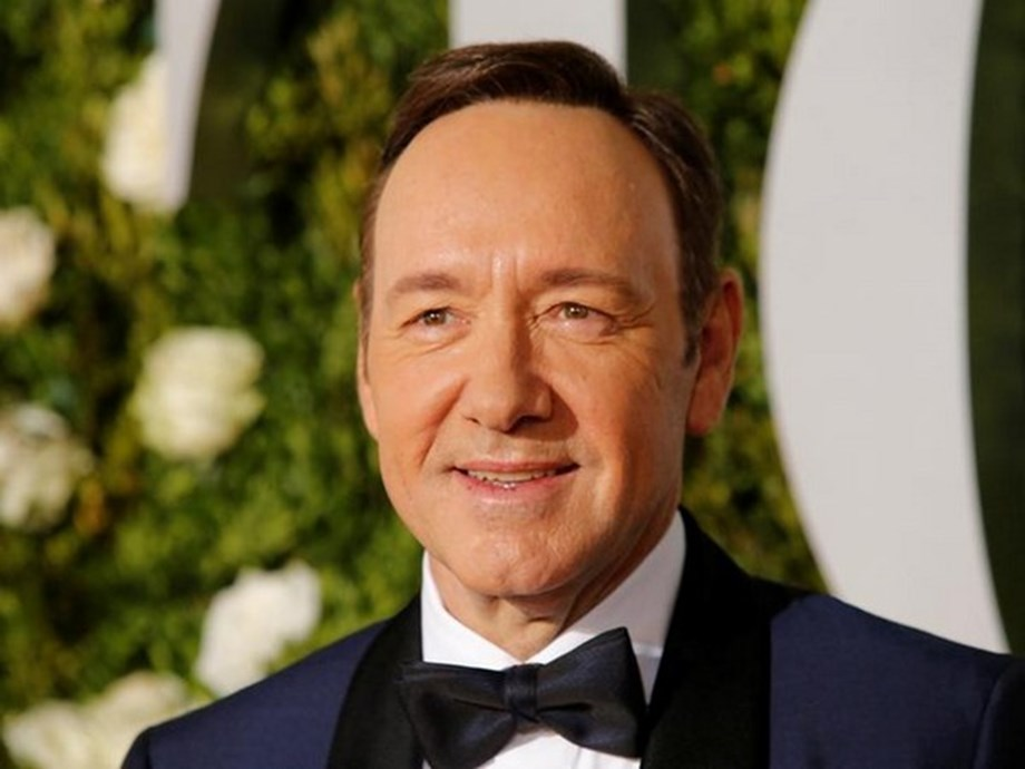 Kevin Spacey performs 'La Bamba', 'Twist and Shout' with street band in Spain