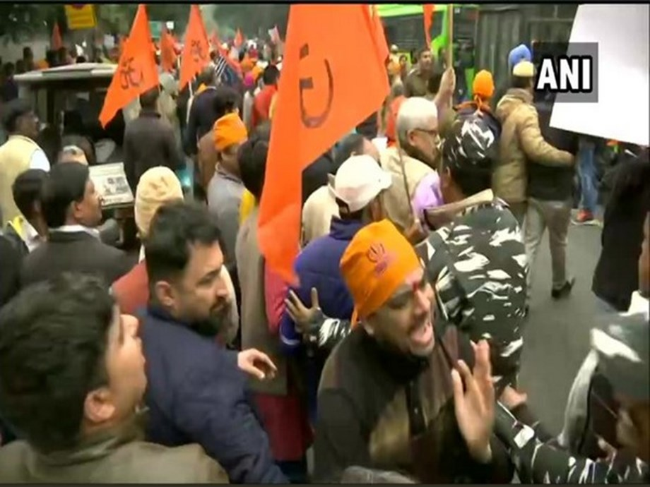 Scuffle breaks out between Bajrang Dal and security forces near Pakistan High Commission