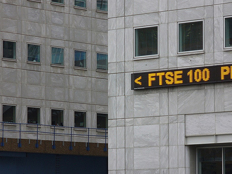 UPDATE 2-FTSE dips on murky trade view; Tullow tanks on mid-caps