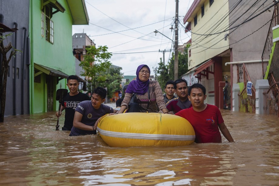 Severe Flooding in Indonesia, Hundreds Evacuated