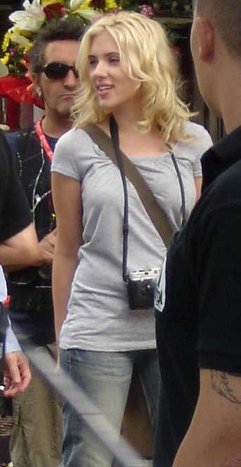 Scarlett Johansson runs into police station to get rid of crazy paparazzi