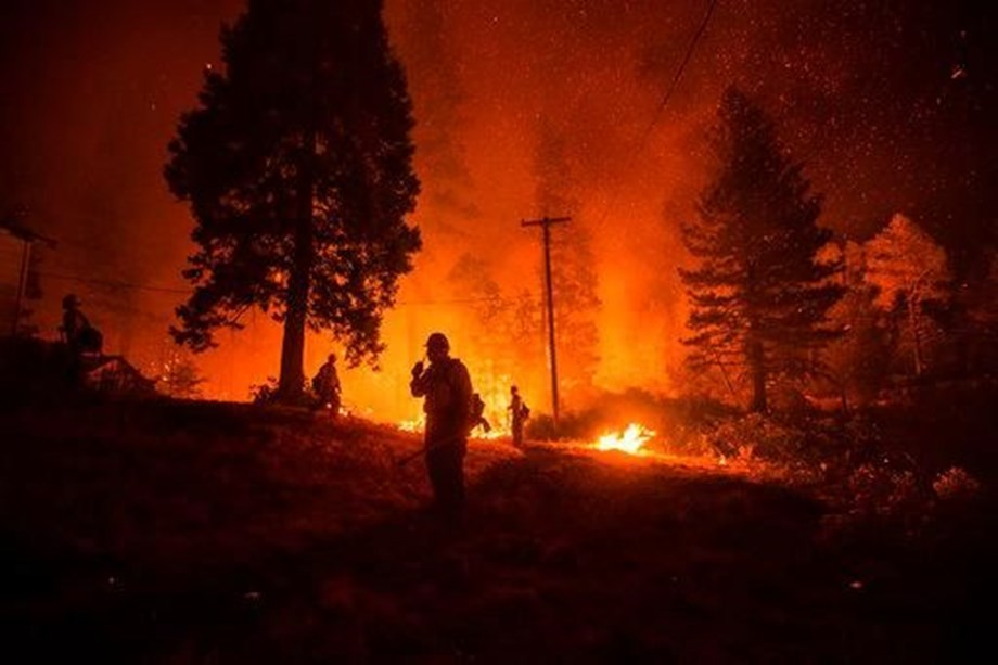 N. California wildfire destroys hundreds of  structures, town evacuated