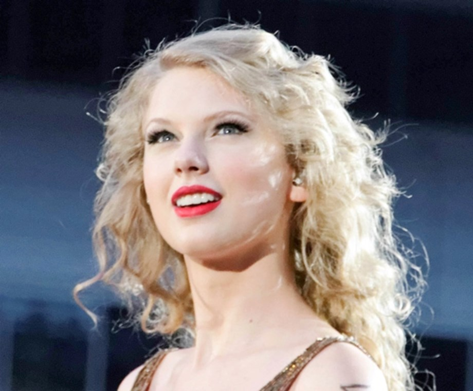UPDATE 2-Taylor Swift says record label won't allow her to perform old songs on awards ceremony