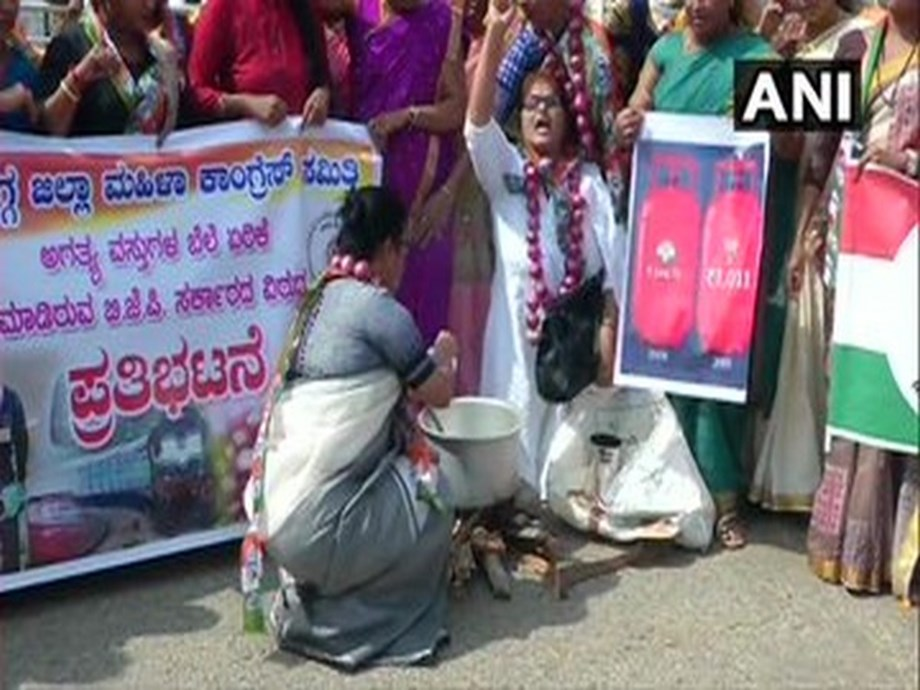 Karnataka Congress women's wing protests against price of onion, LPG cylinders