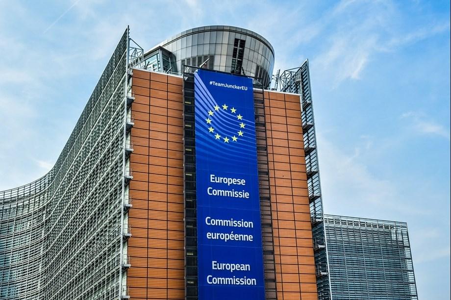 UPDATE 1-EU Commission antitrust inspectors raid two French retailers