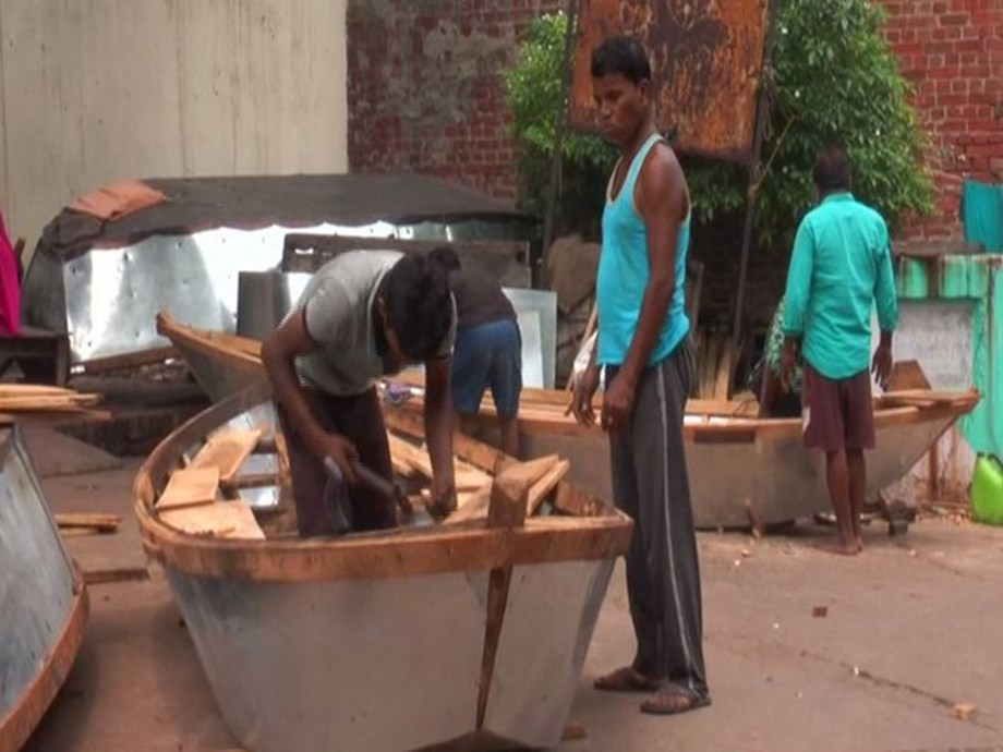 Boatmakers from Kanpur praying for monsoon to sustain their three-generation old business