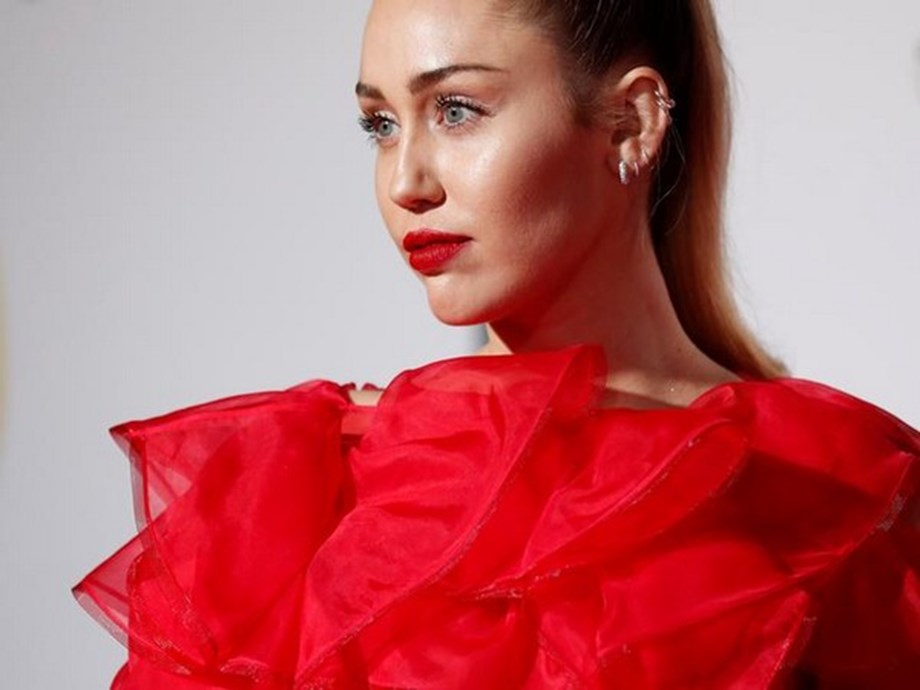 Miley Cyrus visits Fine Arts Museum ahead of vocal surgery