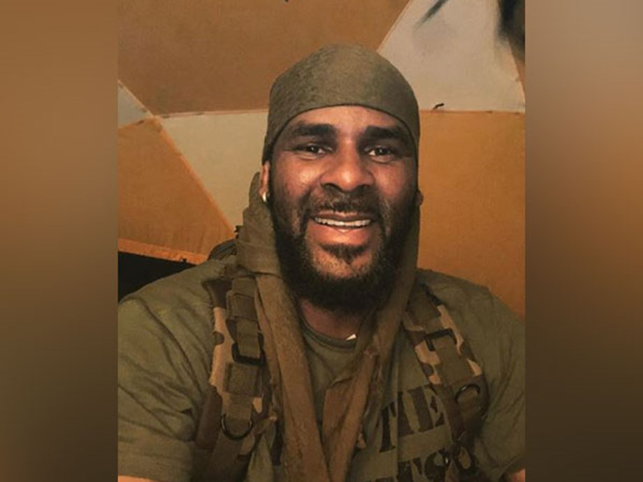 Federals receive tapes of R.Kelly engaged in intimate acts with young girls