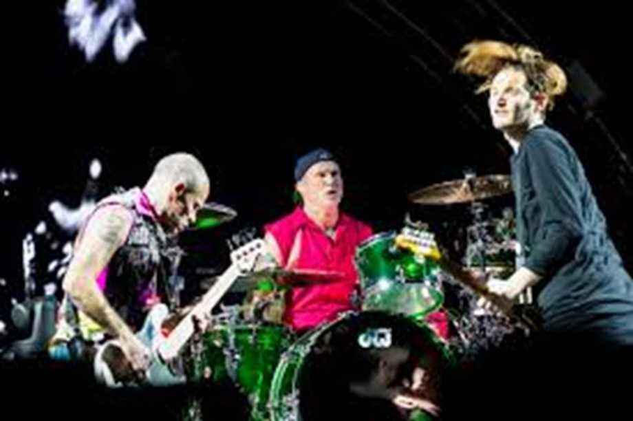 Red Hot Chili Peppers  entertain more than 10,000 people at Egypt's pyramids