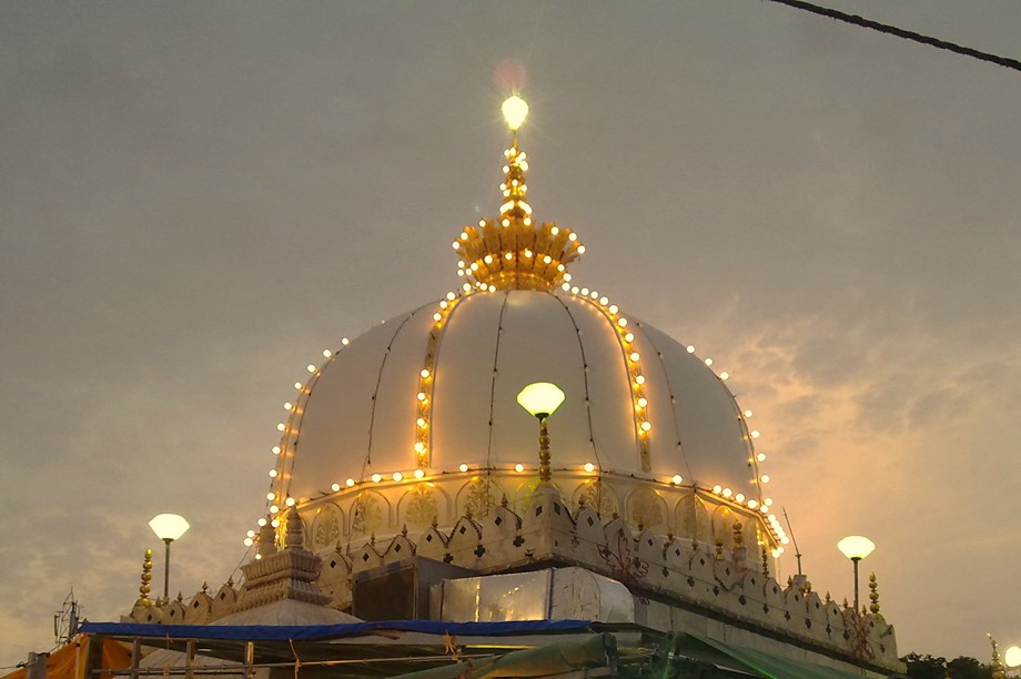 Pakistan High Commissioner to India offers 'chaddar' at 807th Annual Urs in Ajmer Sharif