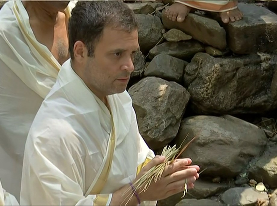 Rahul pay tributes to late family members, Pulwama victims at Kerala temple