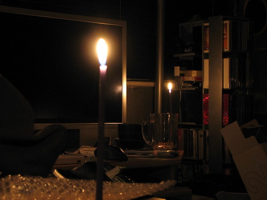 UPDATE 5-Part of Manhattan plunged into darkness, utility says restoring power