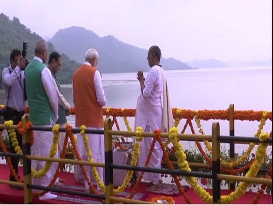Gujarat: On his birthday, PM Modi performs Narmada poojan