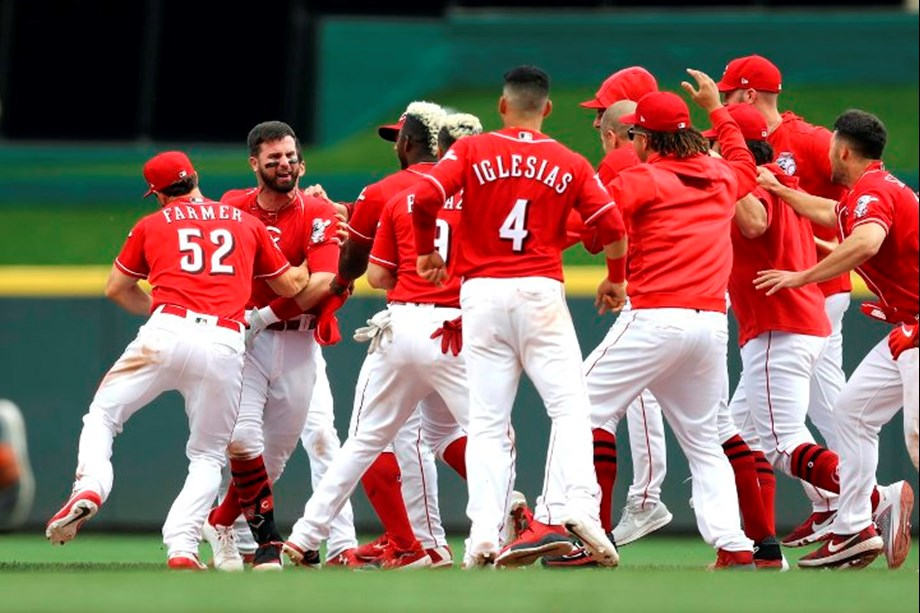 Reds walk off Brewers after Yelich's throwing error