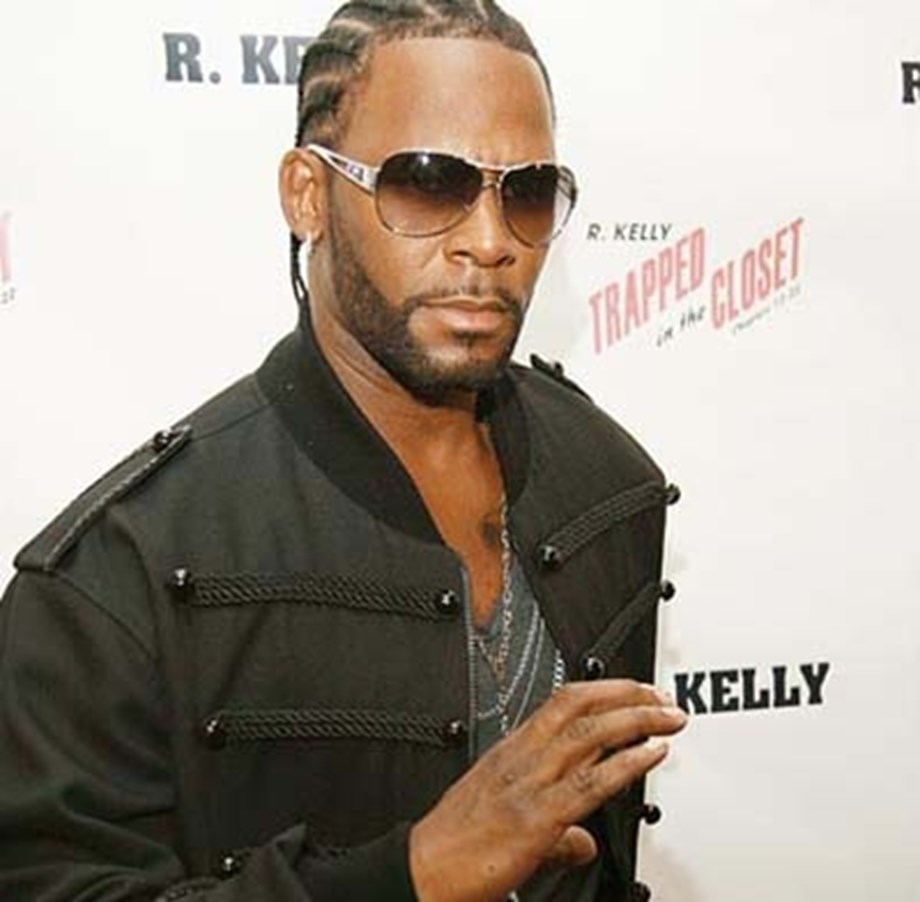 UPDATE 4-Singer R. Kelly charged in sex scheme of kidnapping and payoffs