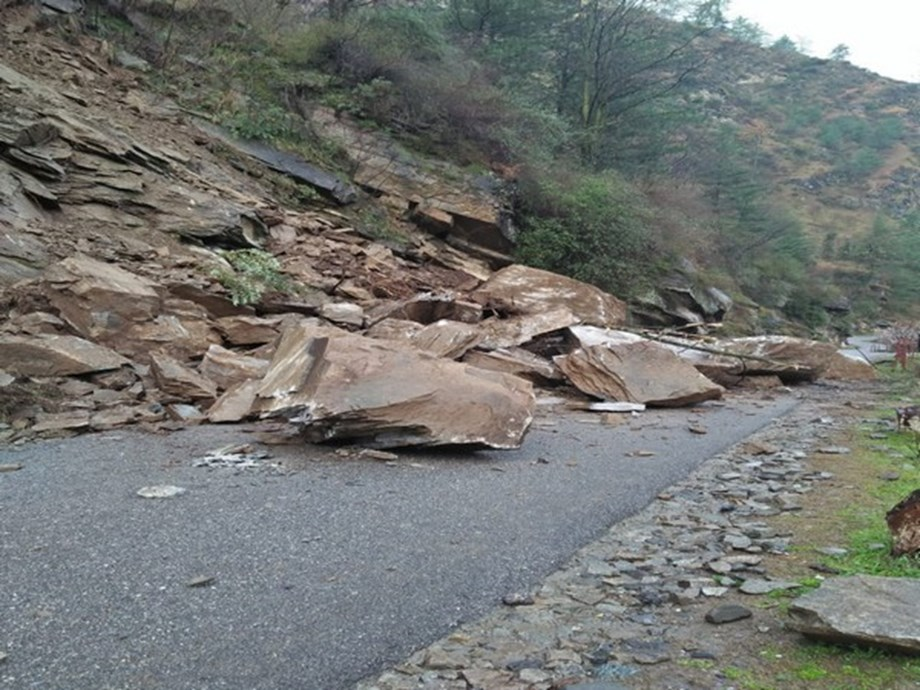 NH 305 in Kullu for blocked due to landslide for 2 days