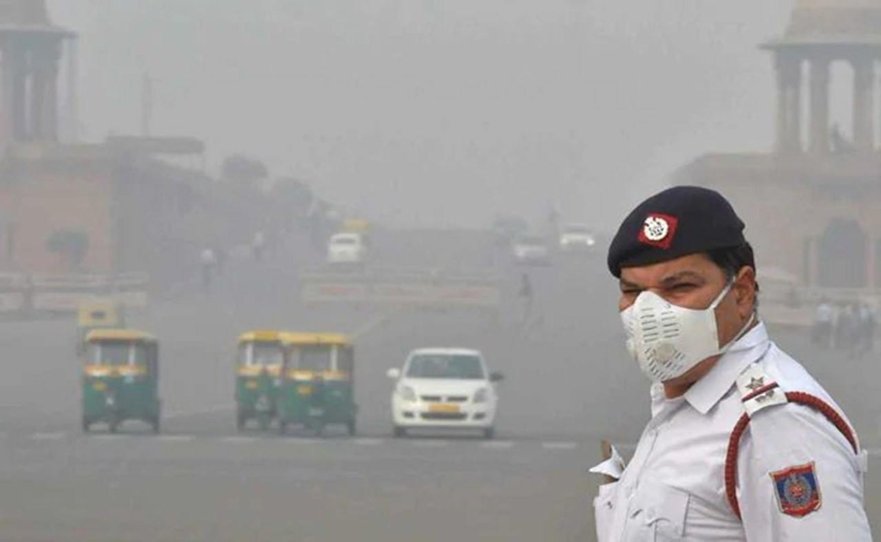 Delhi: Air quality remains in severe category, lifted ban on entry of heavy vehicles