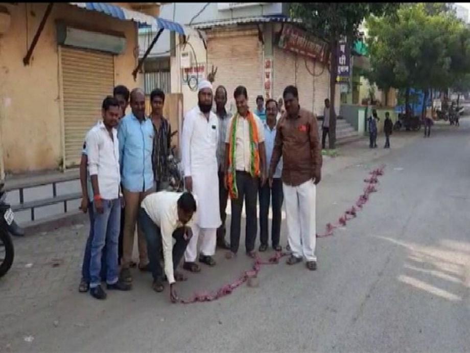 Latur: BJP workers celebrate after Devendra Fadnavis becomes CM for second term