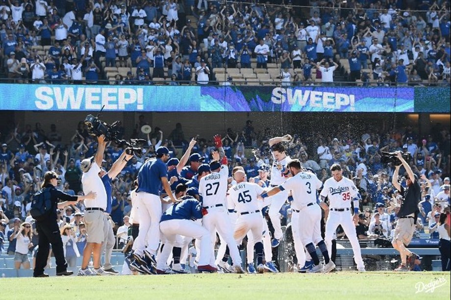 Dodgers put on power display to defeat Red Sox