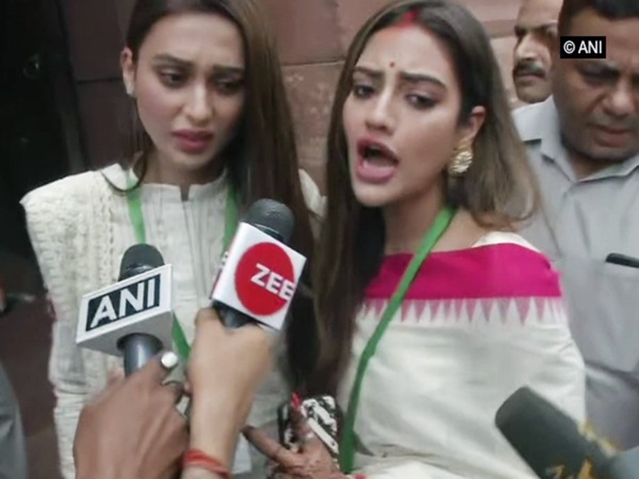 Nusrat Jahan Ruhi, Mimi Chakraborty badly swarmed by media, say 'dhakka mat do'