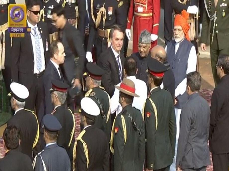 PM Modi continues 'safa' tradition, sports saffron 'bandhej' turban on 71st Republic Day