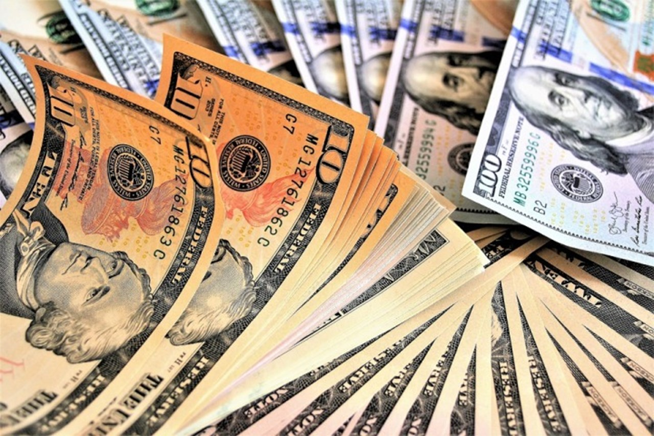 Dollar strengthens against major peers, euro slips
