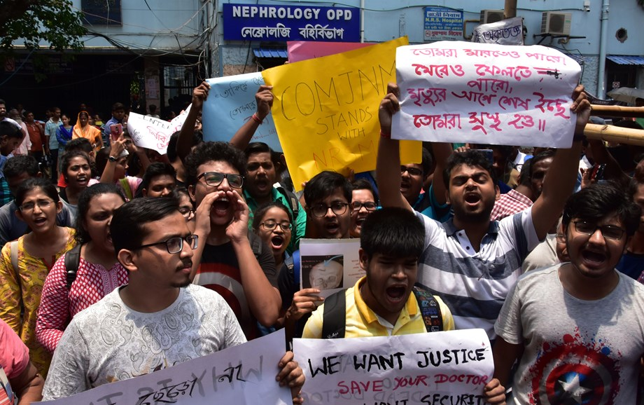 Doctor assaulted in Kolkata: Medical Fraternity across the country joins protest to show solidarity