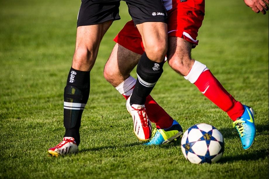 UPDATE 2-Soccer-Man Utd sponsorships march on despite on-field slip ups