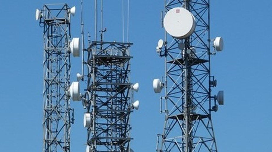 For installing mobile phone towers three people duped over 1,000 people across India